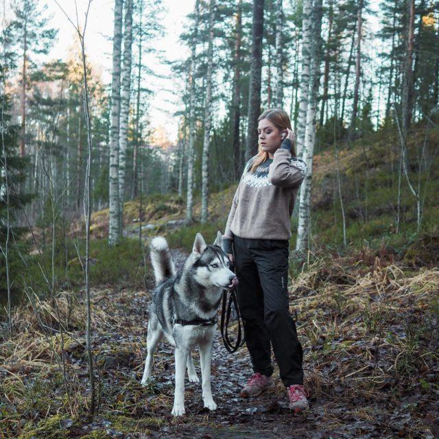 Mä ja mun koira💁♀️🐾  Onneks maa on just nyt hieman valkosempi kuin kuvassa❄️ . . . . #siperianhusky #siberianhusky #husky #retkellä #metsässä #hikingwithdogs #foresttherapy #finnishnature #somevaikuttajat #bloggaaja #instablogitfinland #instabloggers #luontoonfi #outdoorbloggers #outdoorlife #outdoors #tampere #ourfinland