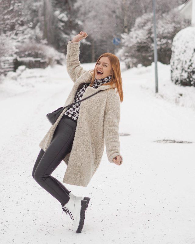 Hyvää sunnuntaita!🤩  Kerro miten aiot viettää tän sunnuntain lopun ja mitä oot tehnyt tänään?❤️  Mä itse oon käsitellyt käytännössä vaan kuvia ja käynyt pitkän lenkin koirien kanssa🐺 Nyt ajattelin tehdä pikasiivouksen ja illalla valmistaa siipiä sekä ehkä vähän pelata Assassins Creediä tai katsoa uutta Winx sagaa Netflixistä💁♀️ . . . #gingerhairgirl #ootdinspiration #winterootd #winterisbeautiful #somevaikuttajatfinland #instablogit #instabloggers #lifestylephotography #ootdpost #tampere
