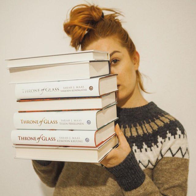 Fyysisten kirjojen lukeminen on ollut viime aikoina mulle se juttu. 📖 Kirjojen lukemisella saa hyvin ruudutonta aikaa, jota ehdottomasti kaipaan nykyään.  Oon muuten saanut jo tämän kuun aikana kaksi kirjaa alusta loppuun ja kolmas on kovaa vauhtia menossa! Tavotteena voisin kyllä pitää tuota vähintään 3 kirjaa kuukaudessa😜 . . . #kirjat #lukuvinkki #lukunurkkaus #reading #bookphotography #bookphotoshoot #gingerhair #throneofglass #sarahjmass #gummerrus  #gummerruskustannus  #somevaikuttajat #vaikuttajamedia #vaikuttajatfinland #bookstagram #kirjagram #suomalainenkirjakauppa