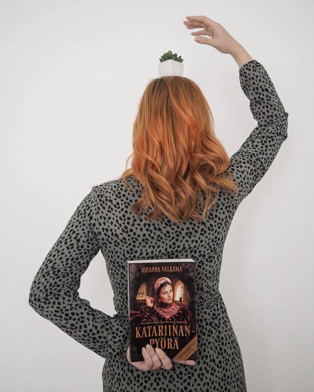 Mainos Otavankirjat #prtuote   Eilen ilmestyi Johanna Valkaman uuden historiallisen kirjasarjan ensimmäinen osa, Katariinanpyörä. Mä itse pääsin lukemaan kirjan etukäteen.   Kirja vie mukanaan 1500-luvun Suomeen nuijasodan jälkeiseen aikaan. Katariinanpyörä seuraa kuolleen kapinapäällikön Jaakko Ilkan leskeä Susanna Katariinaa. Mä itse pidin ajatuksesta, että kirjassa seurataan historian havinaa naisen näkökulmasta. Monet suuret ja myös pienet tapahtumat on kovin usein jonkun miehen näkökulmasta ja naiset jääneet todella taka-alalle.  Pelkästään jos Suomen historia kiinnostaa, suosittelen tutustumaan tähän kirjaan. Mahtavan tarinan lisäksi kirjassa on tosi kattava lähdeluettelo ajan verotuksista yms.  Tykästyin kirjailijan tyyliin kirjottaa, joten voi olla että nappaan lukulistalleni Valkaman Metsän ja meren suku sarjankin. . . #katariinanpyörä #ihanalukea @somessacom @otavankirjat #otava #lukeminen #readingtime #suomenhistoria #bookstagram #kirjagram #gingerhairdontcare #vaikuttajatfinland #somevaikuttajatfinland #instablogit #instabloggers #vaikuttajamedia