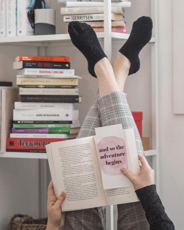 Torstai-illan kunniaksi haluan jakaa kolme dystopista kirjasarjavinkkiä🌍  ✨ Kiera Cassin Valinta-sarja ✨ Nora Robertsin Valitun Aikakirjat trilogia ✨ Victoria Aveyardin Hopea-sarja  Uppooko dystopia aiheena sinulle? . . . #dystopia #dystopiabooks #kirjagram #kirjavinkki #kirjahylly #kirjat #lukutoukka #kirjablogi #instabooks #inspirationphoto #bookphotography #bookstagram #lukeminenkannattaaaina