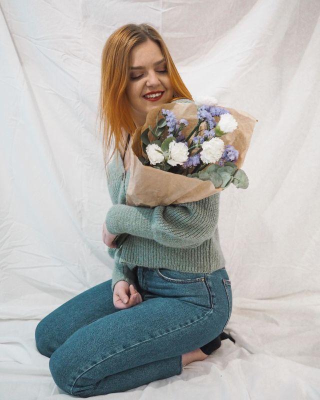 Toivotan hyvää vappua mun kukkapuskan kanssa🎉🌸 . . #vappu #hyväävappua #instaphoto #flowerpower #photoshootideas #indoorphotography #indoorphotoshoot #gingerhairgirl #instablogitfinland #vaikuttajatfinland #somevaikuttajatfinland #vaikuttajamedia #ootd #päivänasu