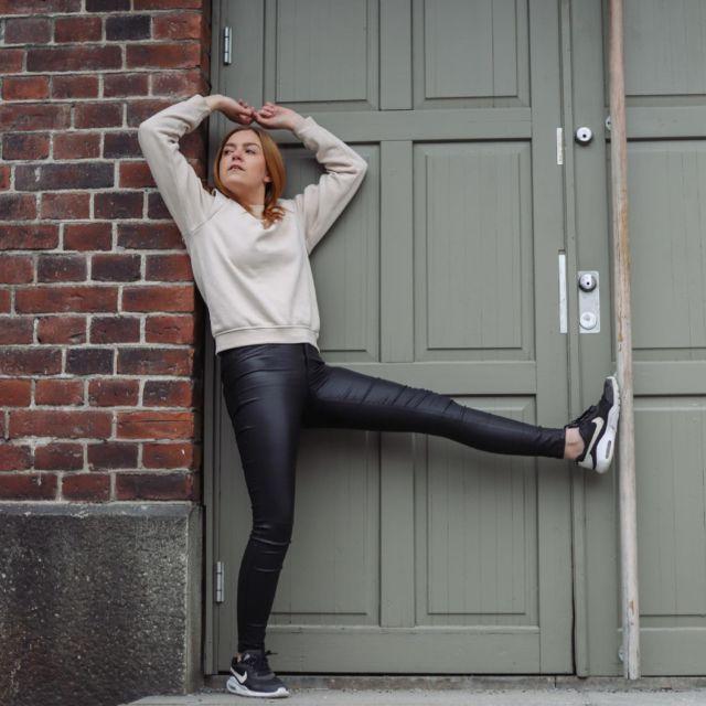 Fun fact kuvan takaa🌿: Heitettiin @ellileppiniemi vitsillä, että ovesta varmaan tulee ihan just joku ja niin sieltä tulikin! Jos olisin ollut toisin päin olisin todennäkösesti ollut naamalleni😂 . . #ootdfinland #somevaikuttajatfinland #vaikuttajatfinland #vaikuttajamedia #ootdinspiration #greenfeed #gingerhairdontcare #päivänasu #creativephotoshoot